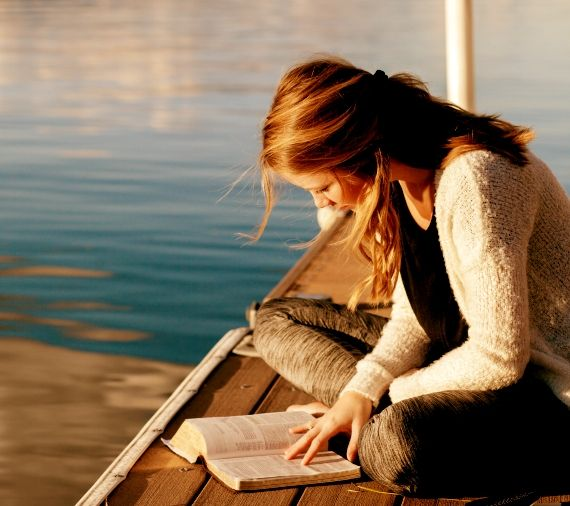 Reading-by-Lake-Zurich-in-the-evening-sun-Boston-School